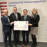 Foto: (v.l.n.r.): Robert Schäfer, Innenminister Peter Beuth, Generalstaatsanwalt Helmut Fünfsinn, Sabine Thurau (© HMdIS)