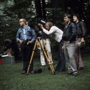 Foto: Rainer Werner Fassbinder mit Harry Baer mit Team bei Dreharbeiten 1971 // Foto: Peter-Gauhe