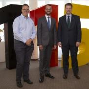 Foto: v.l.n.r. Jochen Ditscher, Leiter Servicecenter; Jan Schneider; Staatssekretär Stefan Heck © Stadt Frankfurt am Main