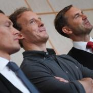 Foto: Der Angeklagte Alexander Falk (m) mit seinen Verteidigern Daniel Wölky (l) und Björn Gercke // picture alliance/Arne Dedert/dpa