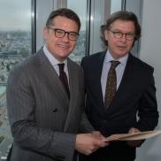 Foto: Hans Joachim Mendig (rechts) mit dem ehemaligen Wissenschafts- und Kunstminister Boris Rhein (CDU); © Bernd Kammerer