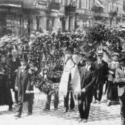 Foto: Trauerzug im Rahmen der Beisetzung von Rosa Luxemburg (Bundesarchiv, Bild 146-1976-067-25A/CC-BY-SA 3.0)