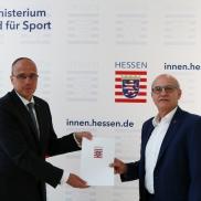 Foto: Innenminister Peter Beuth (links) und der Integritätsbeauftragte Harald Schneider (rechts) ©HMdIS