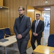 Foto: Jan-Hendrik Lübcke (vorne) und sein Bruder Christoph Lübcke am ersten Prozesstag © picture alliance/dpa/Getty Images Europe/Pool   Thomas Lohnes