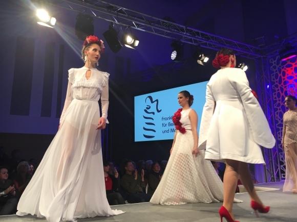 Journal frankfurt nachrichten modetr ume aus stoff und for Mode bekleidung schule frankfurt