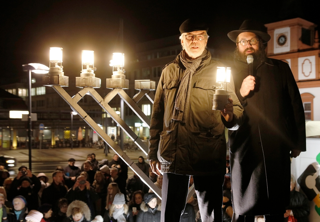 Foto: Der Oberbürgermeister der Stadt Offenbach, Horst Schneider (l), und Rabbiner Mendel Gurewitz, geistliches Oberhaupt der jüdischen Gemeinde Offenbach, 2017 (Claus Kopert/dpa)