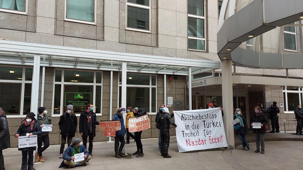 Foto: Vor dem Amtsgericht wurde am Montag gegen die Abschiebung demonstriert. © Firat Vural