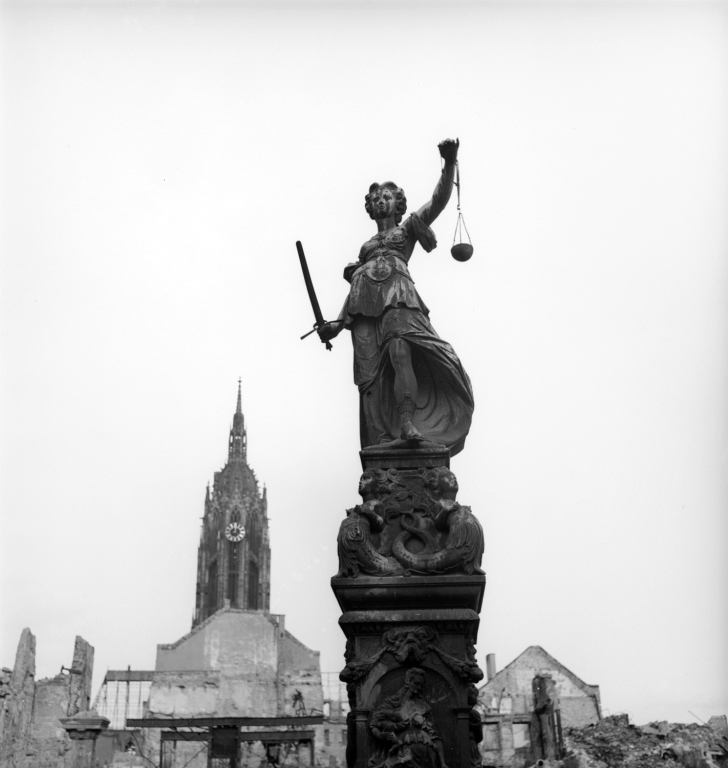 Foto: Justice amid the ruins, Frankfurt, Germany 1945 by Lee Miller © Lee Miller Archives England 2021. All Rights Reserved. www.leemiller.co.uk