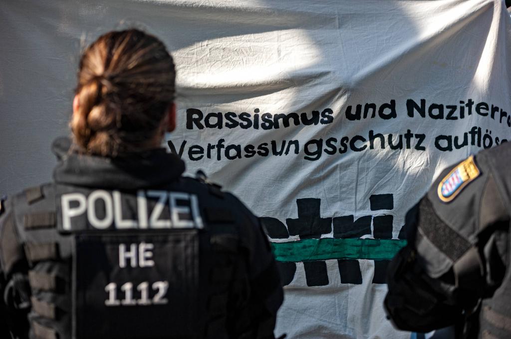Foto: Am 11.06.2021 demonstrierten circa 150 Menschen gegen rechte Strukturen in der Frankfurter Polizei. Anlass war das Bekanntwerden rechtsextremer Chats beim Frankfurter SEK. © IMAGO/Hannes P. Albert
