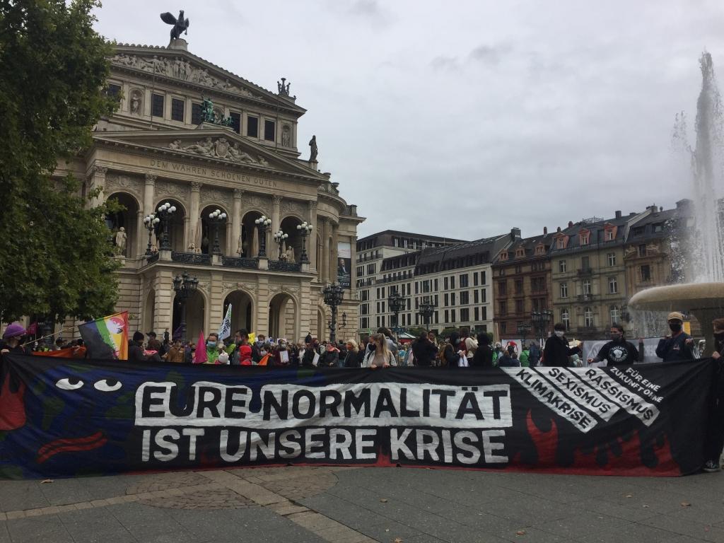 Foto: Schon im September 2020 versammelten sich die Fridays For Future-Aktivist:innen vor der Alten Oper. Foto: red
